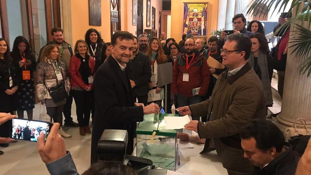 Antonio Maíllo, número 1 en la lista de Sevilla por Adelante Andalucía, ejerce su derecho al voto