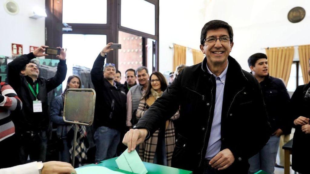 """Juan Marín vota con sus hijos: """"Hoy es una jornada histórica que afrontamos con ilusión"""""""