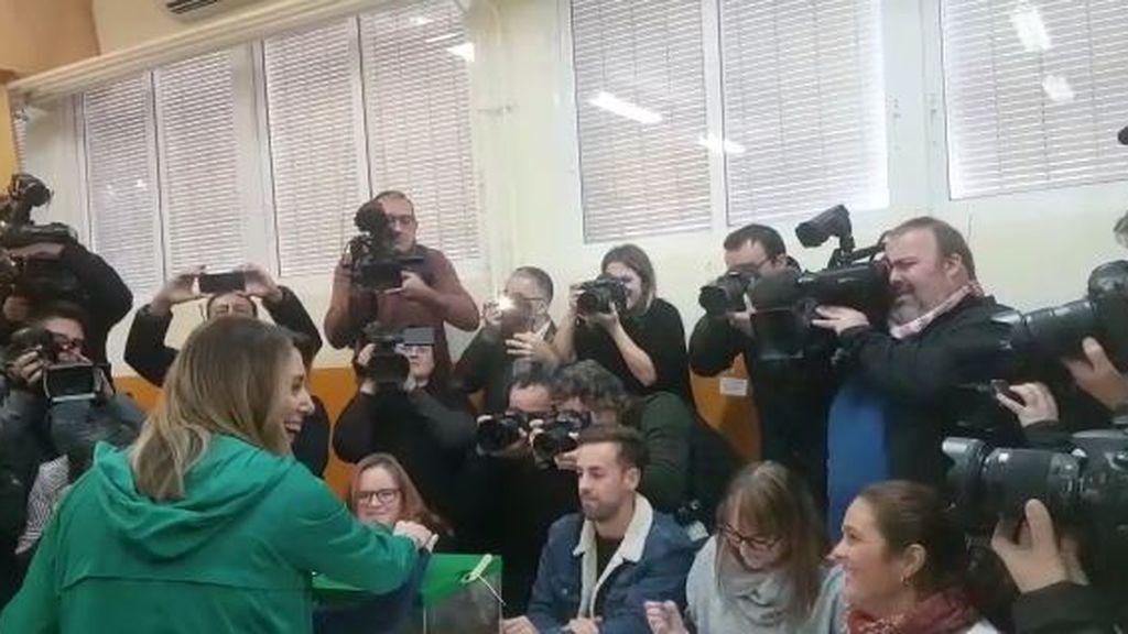 Susana Díaz, increpada al votar en Triana