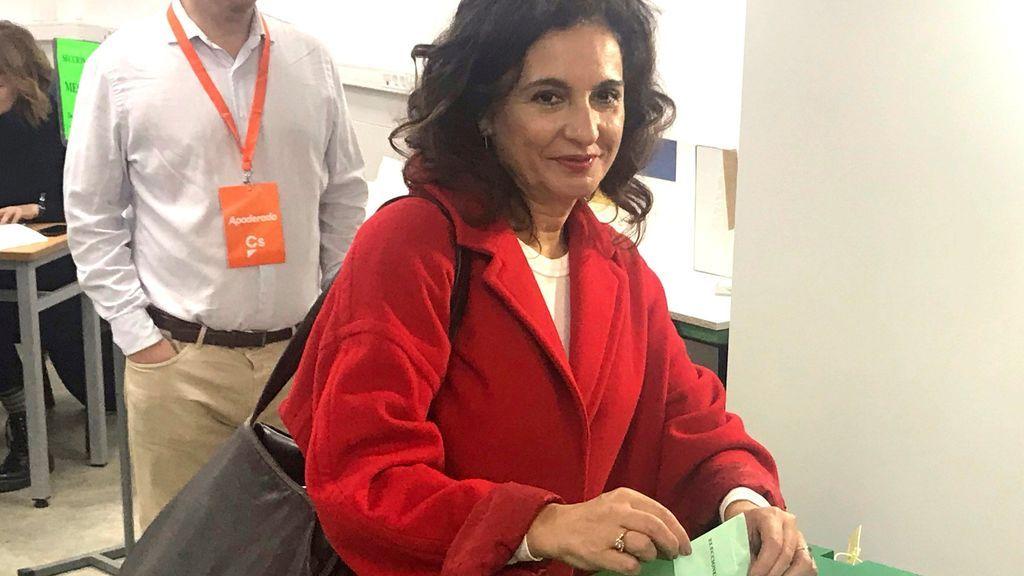 La ministra de Hacienda, María Jesús Montero, vota en Sevilla