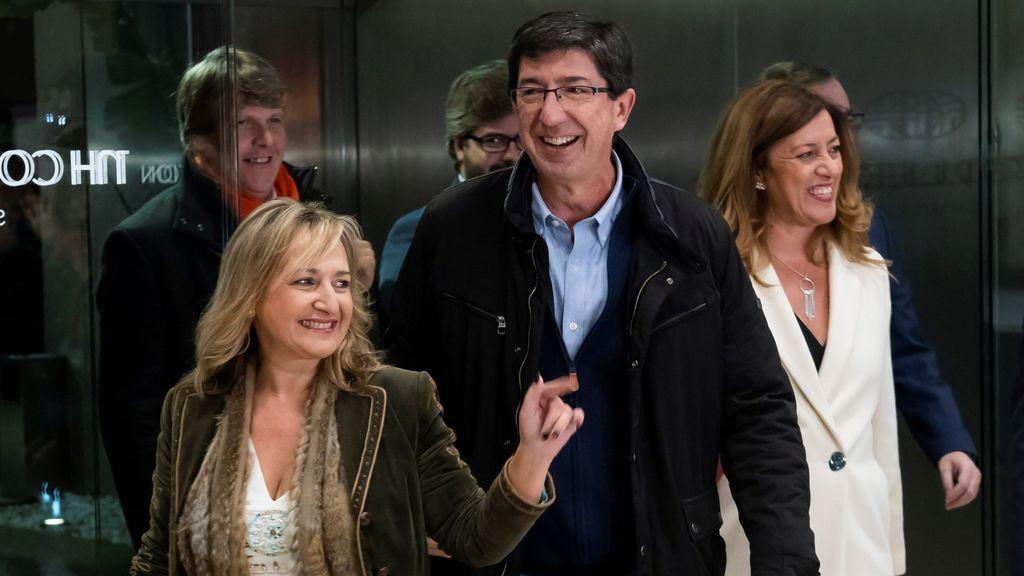 Juan Marín, preparado para seguir la noche electoral acompañado por Rivera y Arrrimadas