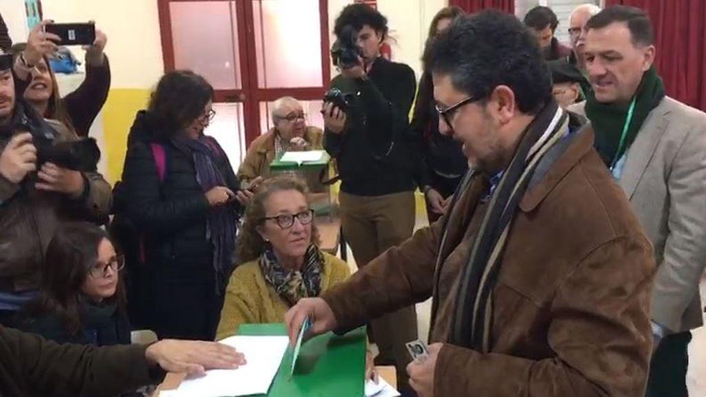 El candidato de Vox, Francisco Serrano, el más madrugador