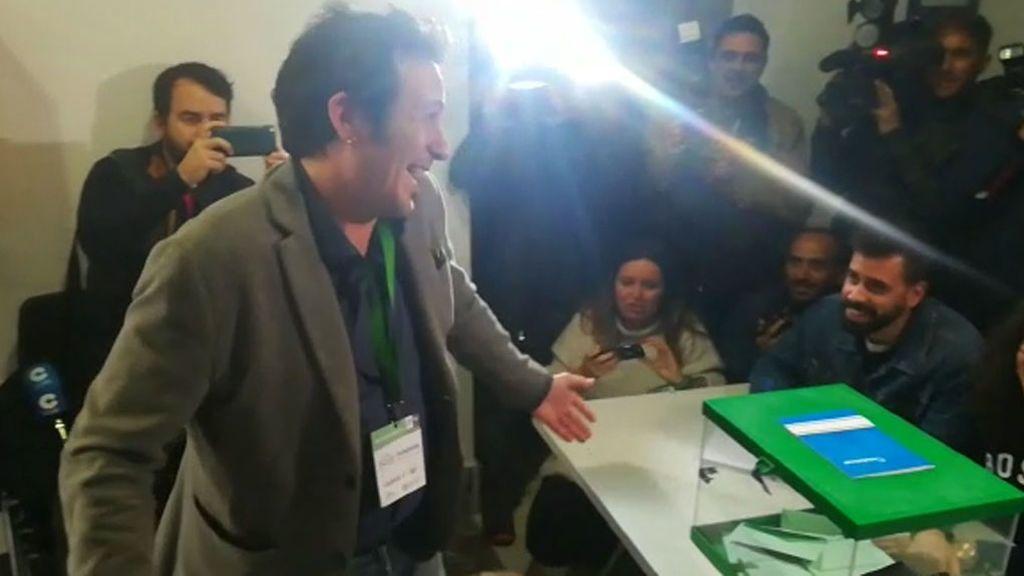 El alcalde de Cádiz, Kichi, se ha equivocado de mesa al ir a votar