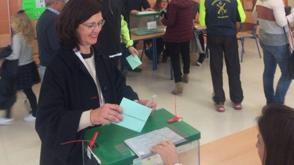 Carmen Molina, candidata de Equo, vota en Málaga