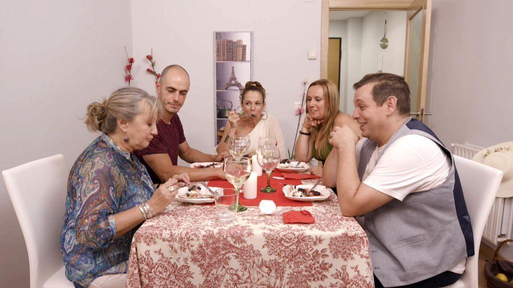 Tropezones, chocolate picante y sucesos paranormales quitan el protagonismo a Belmary en su cena 'saludable' y vegetariana