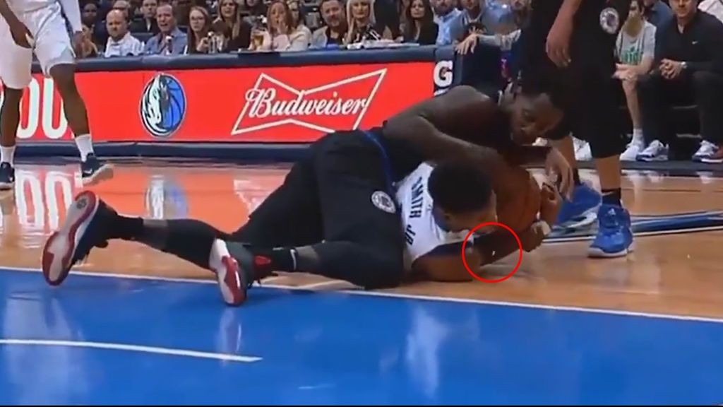 El brutal momento en que Dennis Smith Jr., de los Maverick, pierde un diente en pleno partido de la NBA