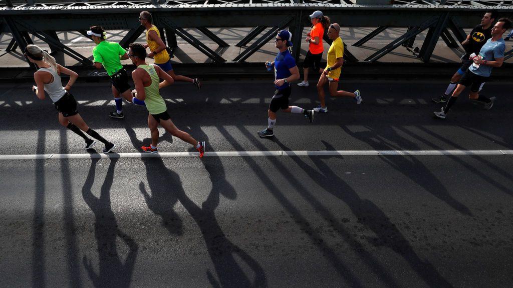 Las cámaras de seguridad pillan a decenas de atletas haciendo trampas en la maratón de Shenzhen (China)