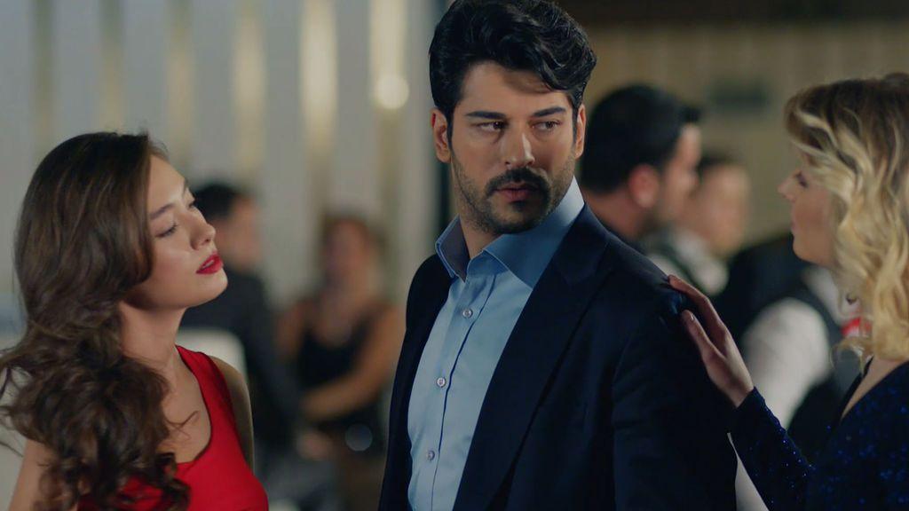 Nihan monta una escena de celos a Kemal al verle hablar con otra mujer