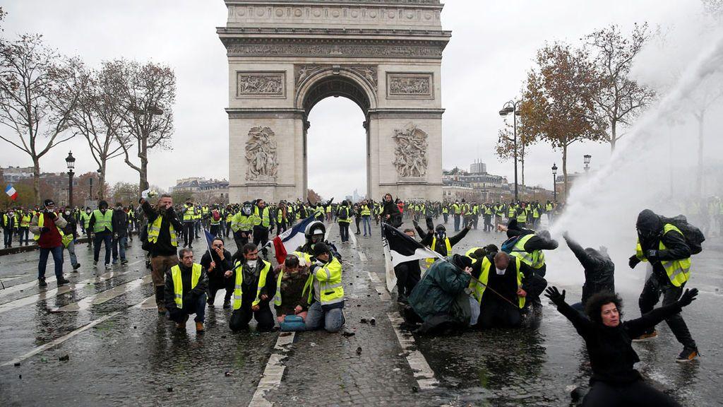 """Macron cede ante los """"chalecos amarillos"""" de París y suspende la subida del impuesto de los combustibles"""