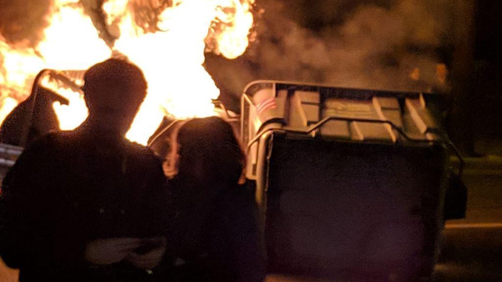 Contenedores quemados y calles cortadas en las protestas en Cádiz
