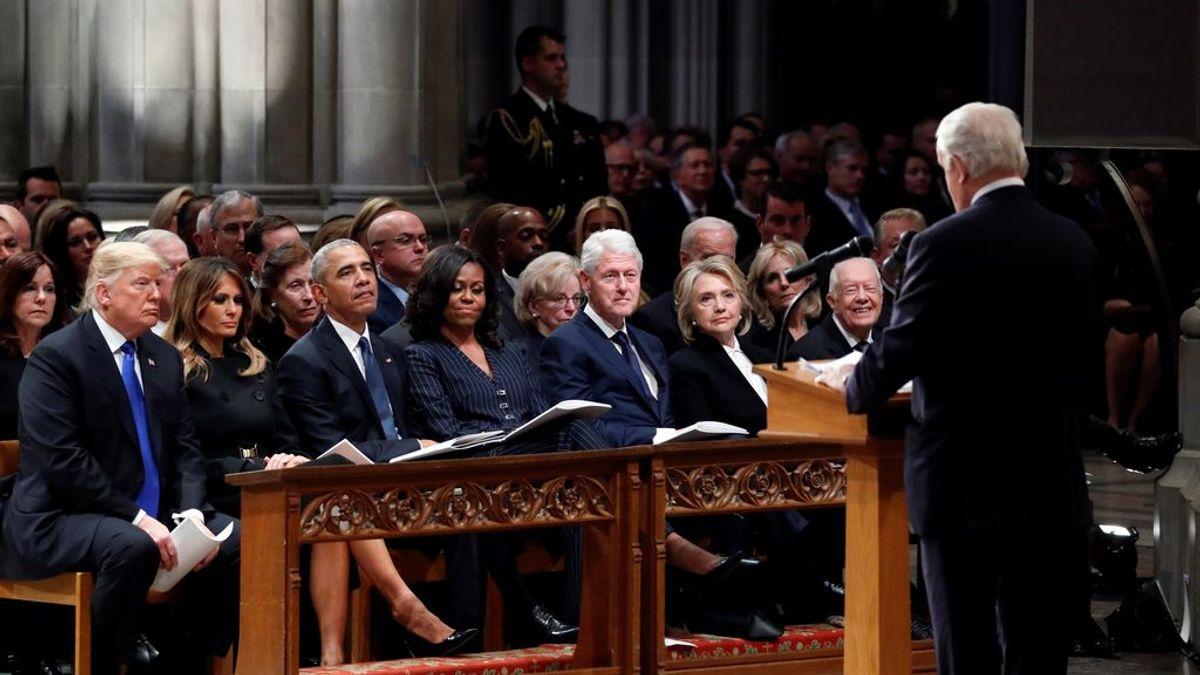 Imagen única: Los Trump, los Obama y los Clinton arropan a Bush hijo, que rompe a llorar