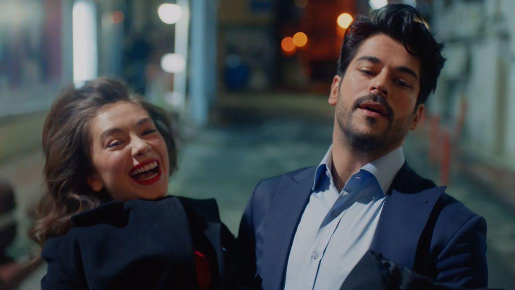 Nihan y Kemal protagonizan una romántica huida al más puro estilo 'Oficial y caballero'