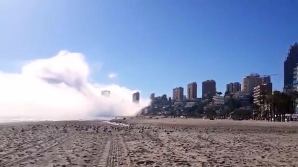 Qué es la niebla de advección: impactantes imágenes en Benidorm de la bruma tomando la ciudad