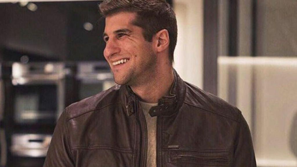 Julián Contreras recupera su sonrisa con una reportera de 'Socialité'