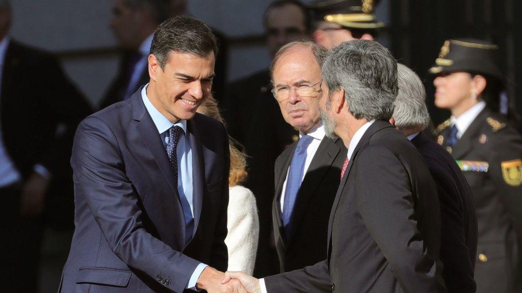 Pedro Sánchez saluda a Carlos Lesmes