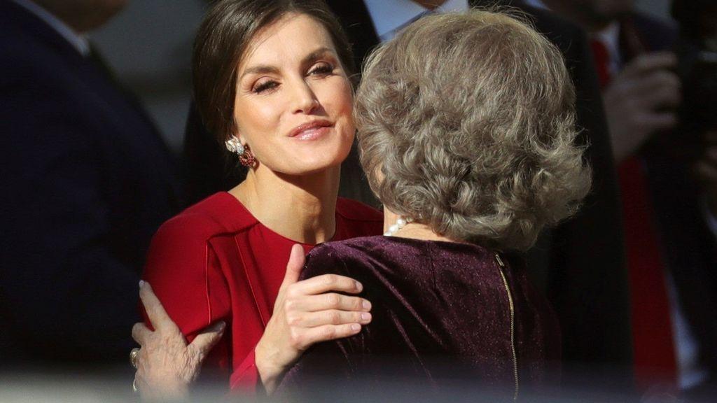 La reina Letizia saluda a la reina Sofía