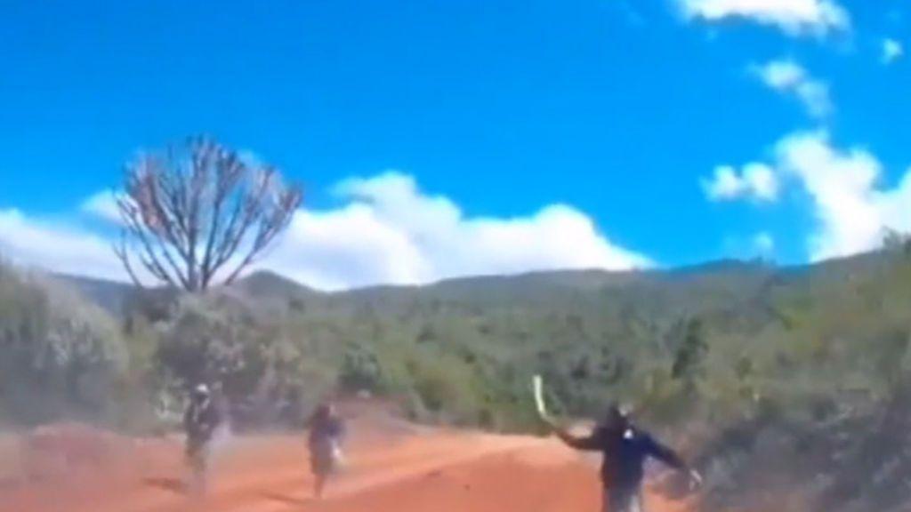 Una pareja escapa de tres enmascarados con machetes