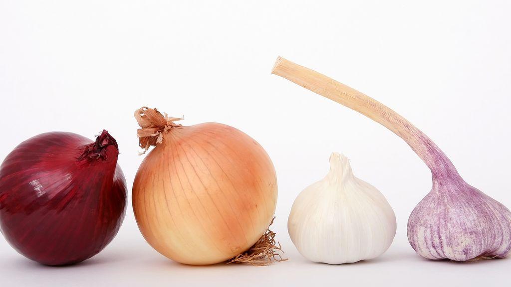 Poner una cebolla entre los pies traerá beneficios a tu salud