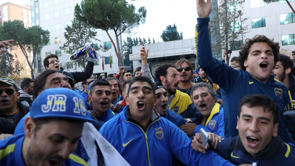 Aficionados de Boca celebran su 'Banderazo' frente al hotel del equipo en Madrid sin incidentes