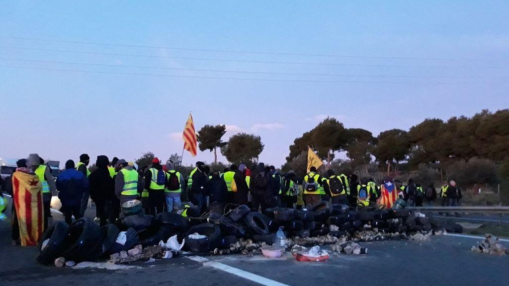 Los CDR cortan la autopista AP-7 en L'Ampolla (Tarragona)