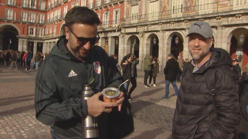 Ambiente cordial y festivo entre los aficionados argentinos horas antes de la gran final