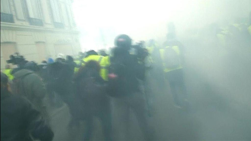 Enfrentamientos y gases lacrimógenos en la jornada de protestas de los 'chalecos amarillos'