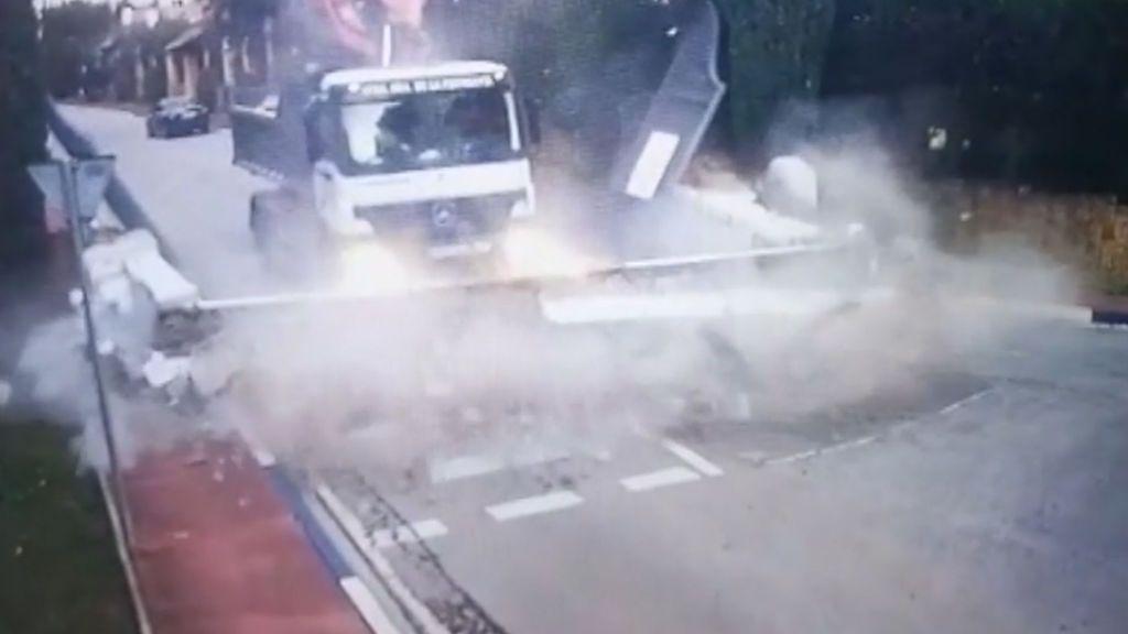 Olvida bajar la pluma del camión y derriba la puerta de una urbanización de Marbella