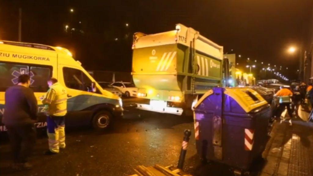 Herido grave en Bilbao un hombre tras quedar enganchado en los brazos articulados de un camión de la basura