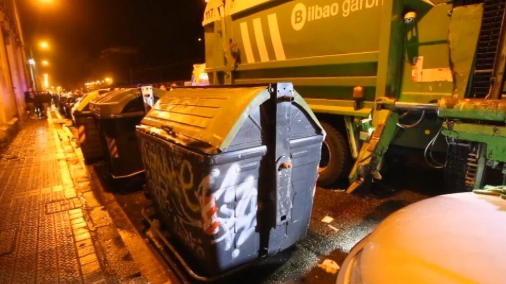 Un joven se encuentra en estado crítico tras ser enganchado por un camión de basura en Bilbao