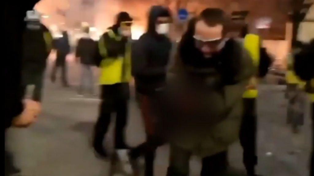 Un manifestante de los 'chalecos amarillos' pierde la mano al coger una granada lacrimógena de la Policía