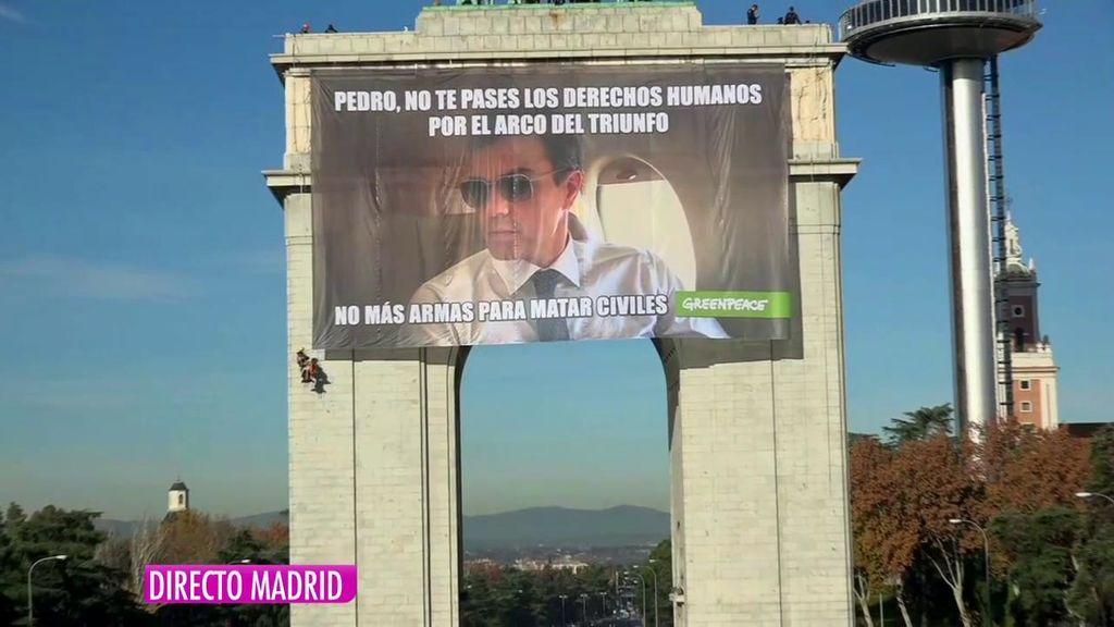 La Policia Retira La Pancarta De Greenpeace Contra Pedro Sanchez Y