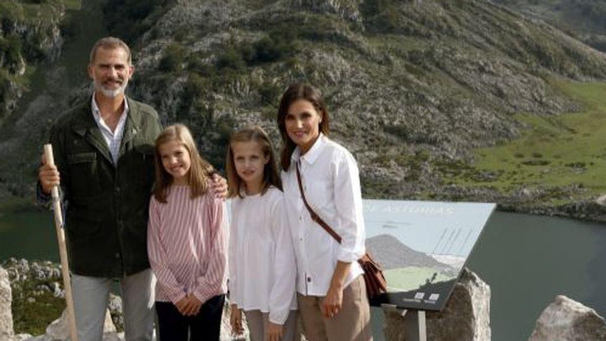 Felicitación navideña de los Reyes: Felipe y Letizia posan con sus hijas en los lagos de Covadonga
