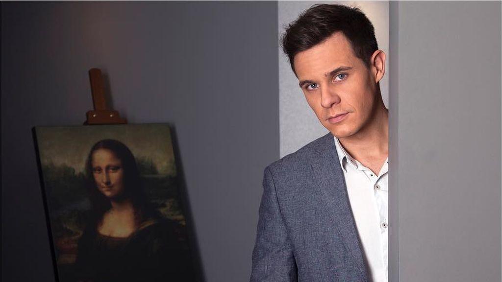 Christian Gálvez, comisario de 'Leonardo da Vinci: los rostros del genio', con 'La Gioconda'.