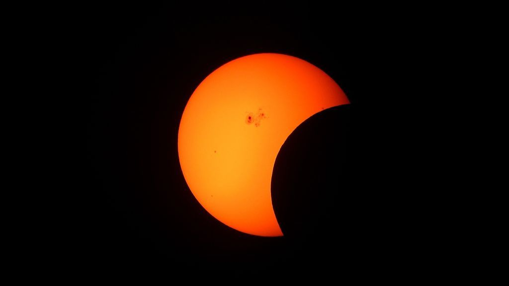 partial-solar-eclipse-1154215_1920