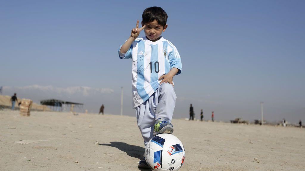 El niño afgano que conoció a Messi, amenazado de muerte por los talibanes