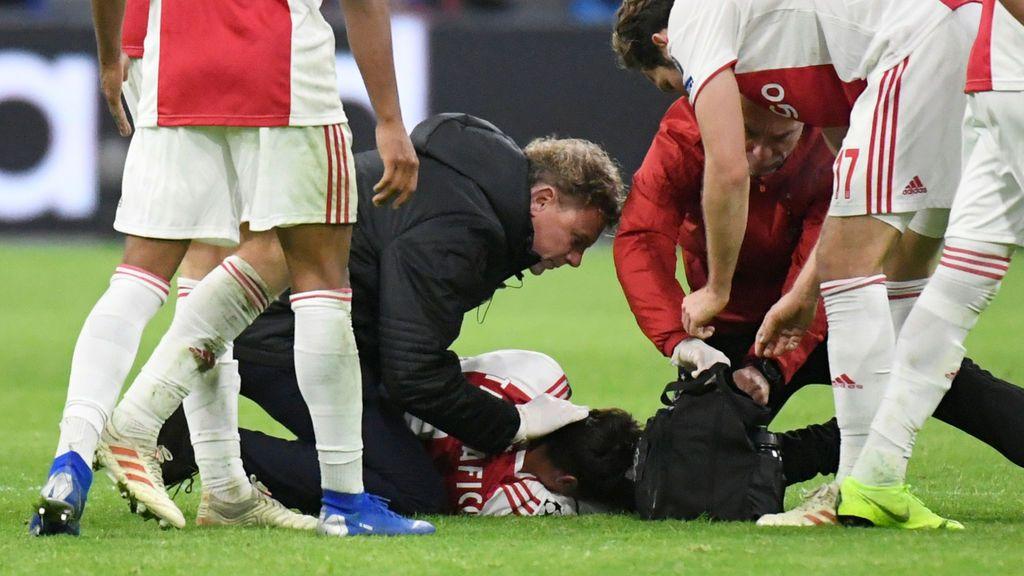 La escalofriante patada en la cabeza que recibió Nicolás Tagliafico en el partido entre Ajax y Bayern