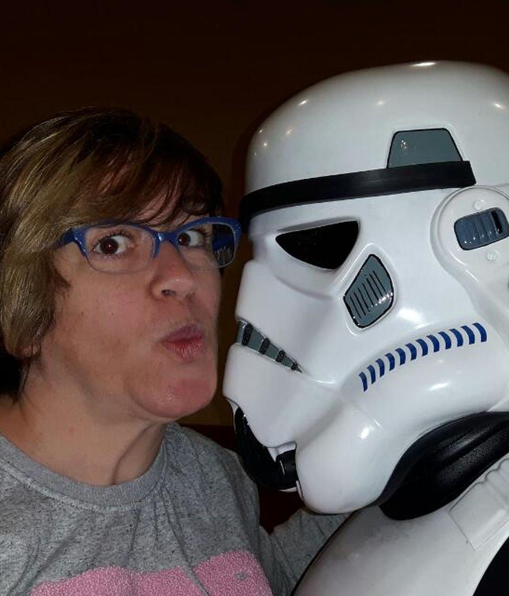 Carolina Fernández está así de a gusto con un soldado imperial