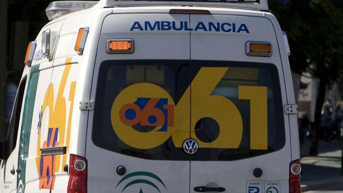 Los servicios de emergencias rescatan a 18 pasajeros de un autobús que ha volcado en Álora (Málaga)