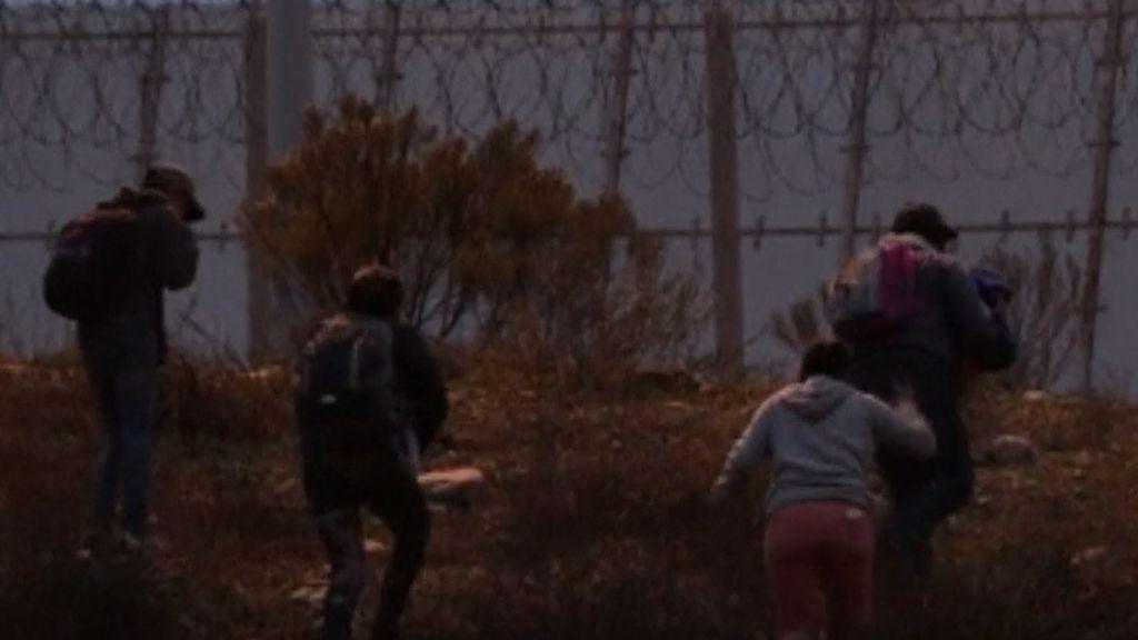 Dramático momento de una familia intentando cruzar la frontera de México con Estados Unidos