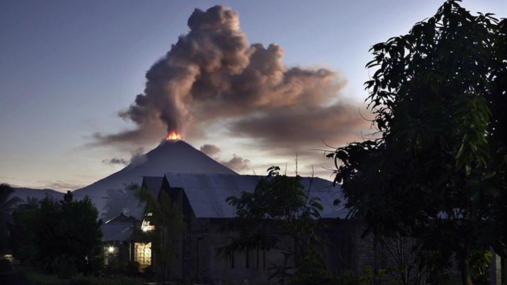 Una columna de cenizas de 3 kilómetros proveniente del volcán Soputan impregna el cielo indonesio