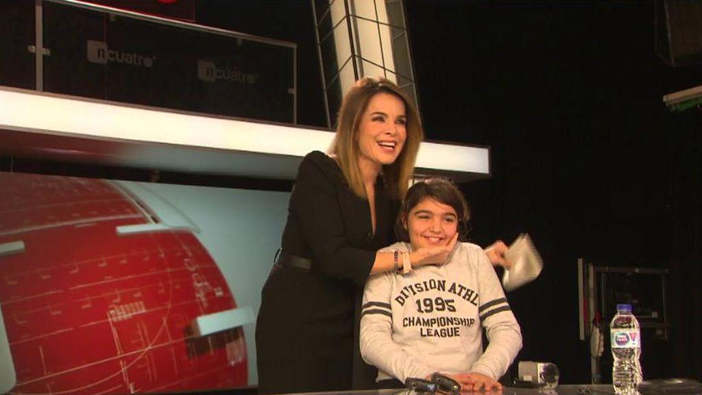 Carme Chaparro cumple el sueño de una niña: la convierte en periodista por un día