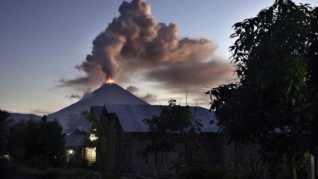 El volcán indonesio Soputan impregna el cielo indonesio con una columna de ceniza de 3 kilómetros
