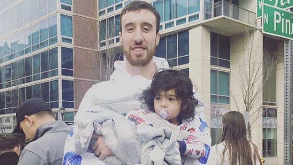 El gesto de Frank Kaminsky, jugador de la NBA: Baja 49 pisos con el bebé de una vecina tras una amenaza de bomba