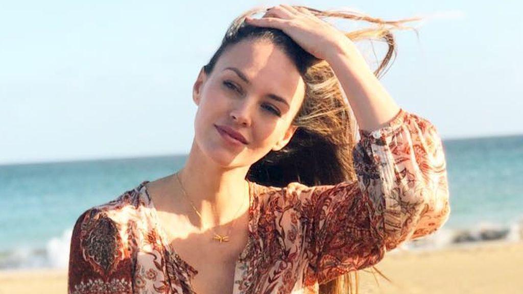 """Helen Lindes posa en bikini para mostrar su """"barriguita feliz"""" en su semana 18 de embarazo"""