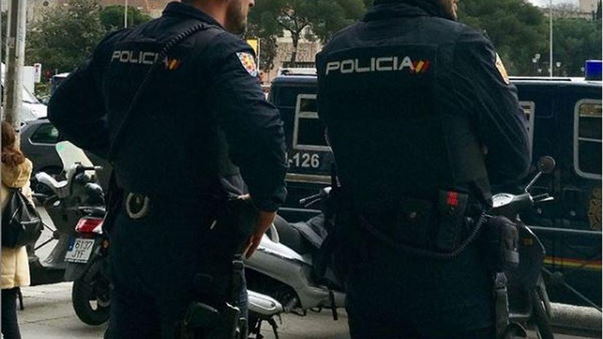 Accede a la vivienda de un vecino al que trató de matar con dos cuchillos en Ourense