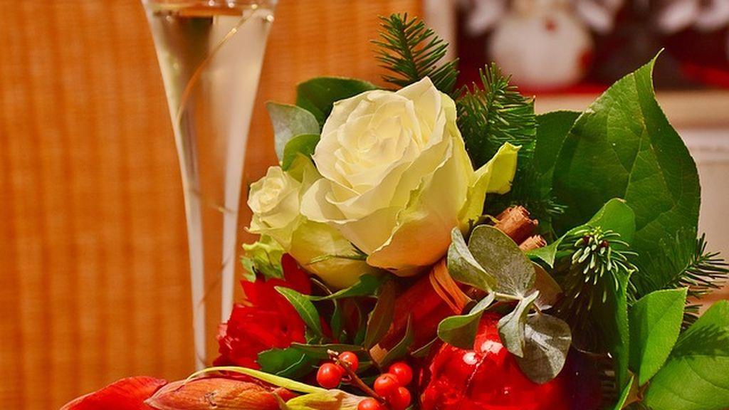 Una decoración navideña con flores en casa