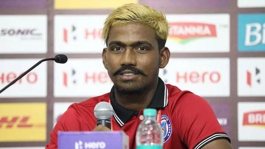 Se convierte con 16 años en el jugador más joven en anotar en la India y dos meses después le suspenden por tener 28