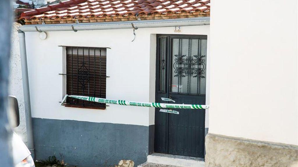 """Indignación de los vecinos de El Campillo durante el traslado de Bernardo Montoya: lanzan piedras al grito de """"asesino"""""""