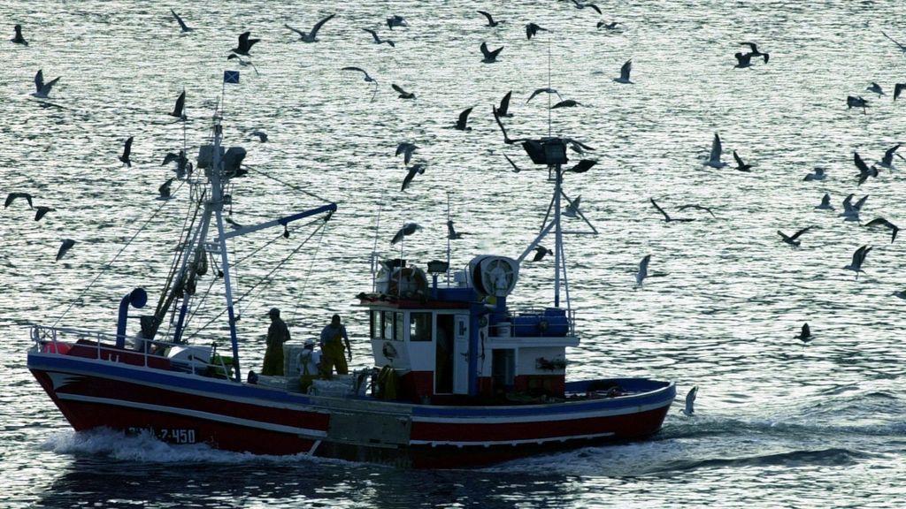 Buscan acuatro marineros desaparecidos tras hundirse un pesquero en Portonovo