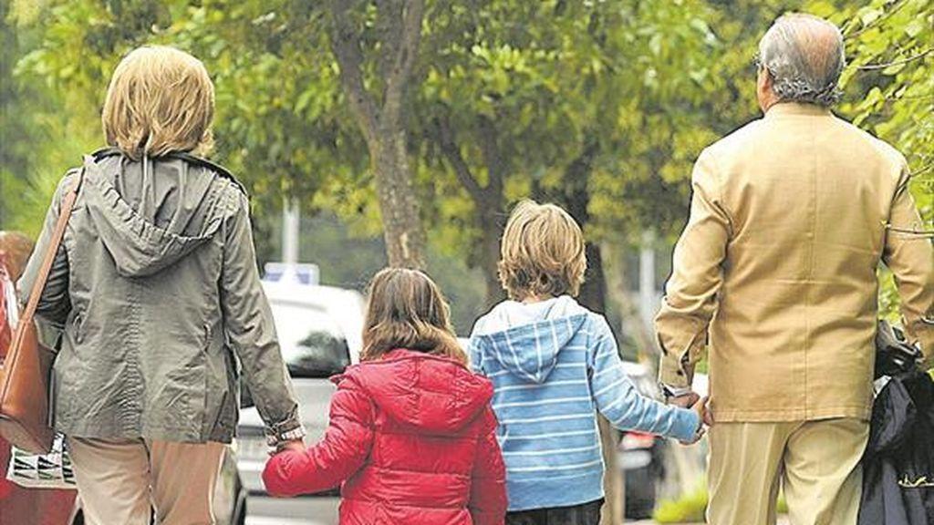 Los abuelos, los grandes apoyos de las familias para cuidar a los más pequeños